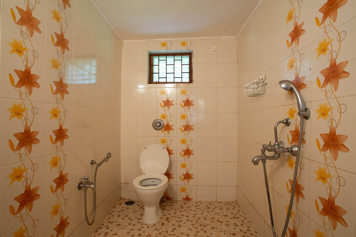 One Bedroom AC Apartment Patnem - Bathroom